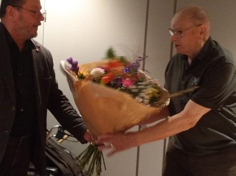 Overhandiging bloemen aan Wim